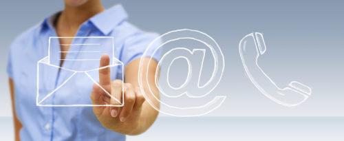 Mensch der mit dem Finger auf das Brief Symbol deutet, danben ist noch ein E-Mail Symbol und ein Telefon Symbol