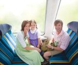 Mit dem Servus-Ticket reisende Familie.