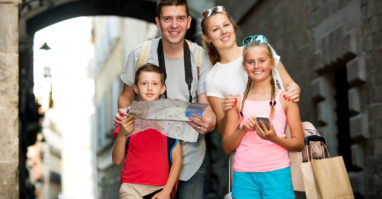 Familie bei Stadtführung in Regensburg