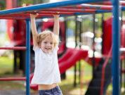 Kind am Klettergerüst am Spielplatz in Prag hier finden Familien Erholung