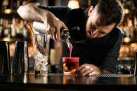 Barkeeper mixt Cocktails für eine gelungene Partynacht in Prag
