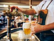Frisch gezapftes Bier bei einer Kneipentour in Prag genießen