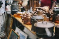 Antike Töpfe für Vintageliebhaber vom Trödelmarkt in Prag