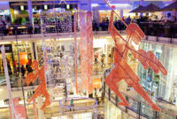 Palladium Shopping Center Prag Innenansicht hängende Skulpturen