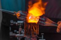 erhitztes Kristallglas beim Glasblasen im PRAGL - der selbstgemachte Souvenir Tipp