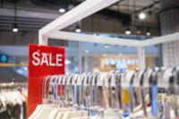 Kleidung mit Sale Schild in Prager Outles günstig shoppen