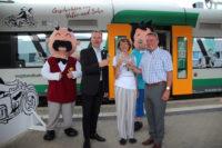 Wolfgang Pollety (links) stößt mit Elke Schulze und Ralf Oberdorfer auf eine gute Fahrt der Vater und Sohn-Bahn an.
