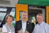 Taufe der neugestalteten Vater und Sohn-Bahn durch Wolfgang Pollety (Mitte), Elke Schulze und Ralf Oberdorfer.