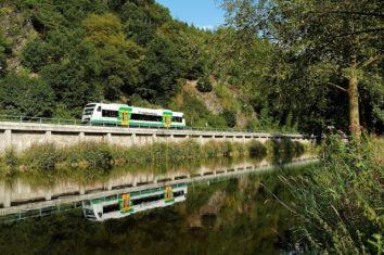 Der Regio-Shuttle der Vogtlandbahn entlang der Weißen Elster.