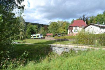 Der Regio-Shuttle der Vogtlandbahn fährt am Greizer Park vorbei.