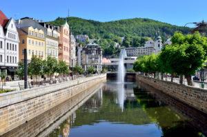 Stadtansicht von Karlovy Vary mit Fluss und Springbrunnen