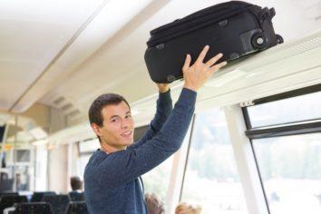 Auf den Gepäckablagen oberhalb der Sitze kann man sein Gepäck sehr gut verstauen.