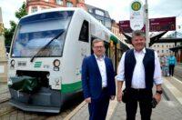 Als Abteilungsleiter Verkehrsplanung beim Verkehrsverbund Vogtland freute sich Sebastian Eßbach (links) in der Zwickauer Innenstadt mit Zugbegleiter Rainer Nestripke, dass die Vogtlandbahn nach anderthalb Jahren wieder bis in die City fährt.
