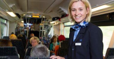 Kundenbetreuerin im Zug wie sie die Fahrgäste betreut