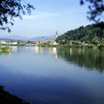 Die Donau in Deggendorf, mit Blick zu der Stadt Deggendorf