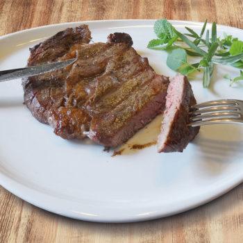 Fleisch auf einem Teller mit Besteck