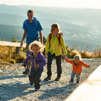 Vierköpfige Familie wandert auf den großen Arber