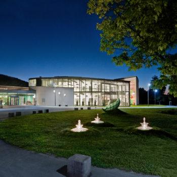 Die Frontansicht des Glasmuseums in Frauenau bei nacht