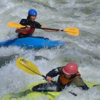 Zwei Personen die im Wasser mit ihren Kajaks unterwegs sind in Plattling