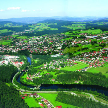 Eine Luftaufnahme von der Stadt Regen