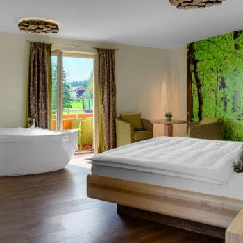 Ein Hotelzimmer das aus Buchenholz ist