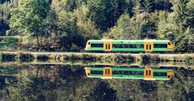 Die waldbahn fährt durch Bayerisch Kanada bei Gumpenried am Schwarzen Regen