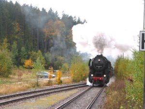 Localbahn die auf einem Gleis in Bayerisch Eisenstein fährt