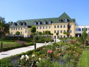 Das Gebäude und die Anlage des Plattlinger Isar Parks