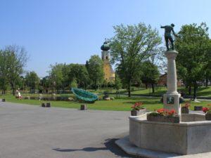Der Brunnen und der Park vom Glasmuseum in Frauenau