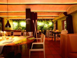 Der innenbereich des Urwaldrestaurants der Schnitzmühle