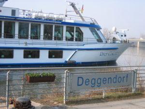 Schiff wie es am Ufer in Deggendorf anlegt
