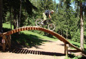 Fahrradfahrer der durch einen Pakur fährt