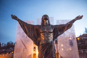 Die Statue von Teisnacher Kreuzweg von vorne