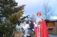 Weihnachtsmarkt in Zwiesel, zu sehen ist der Nikolaus, neben ihm sitzten im Schlitten der Krampus und ein Engel