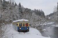 Die Wanderbahn fährt durch die weiße Winterlandschaft durch Bayerisch Kanada