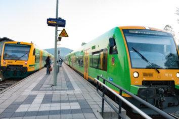 Zwei Waldbahn Züge warten am Bahnhof in Gotteszell
