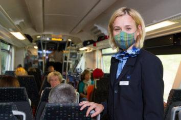 Kundenbetreuerin im zug Maske